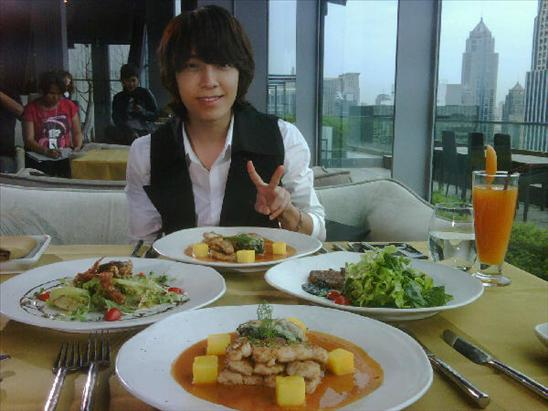 Donghae having meal with Thai host 4