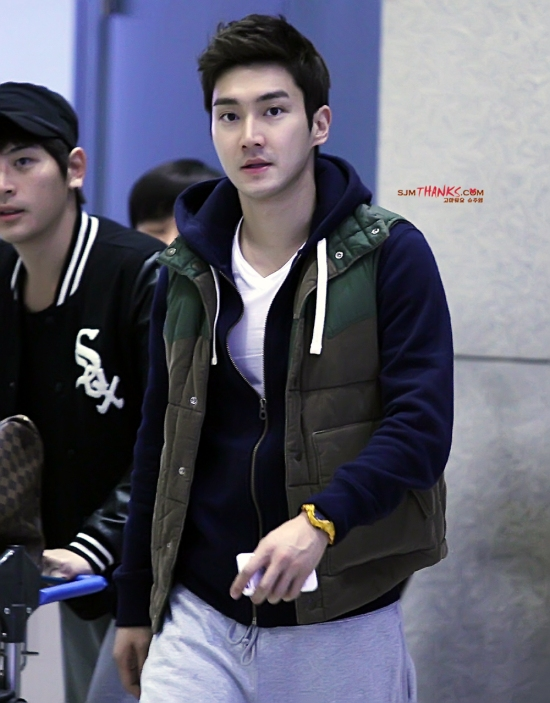 130307 Siwon at Incheon Airport (From Bangkok) Part 2- bye SJM Thanks (4)