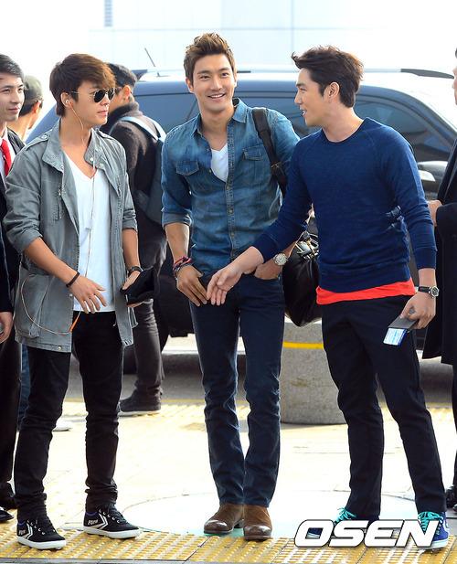130308 Super Junior at Incheon Airport (to Jakarta) (13)