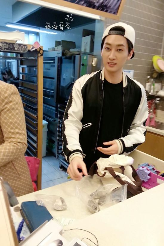 140404 Eunhyuk at Tous Les Jours by 李晨萌 后期 by:静静 (1)