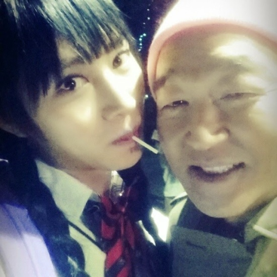 140605 Pretty Heechul takes selca with veteran actor Jang Gwang