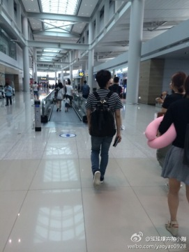 140630-ryeowook-shooping-at-airport-1