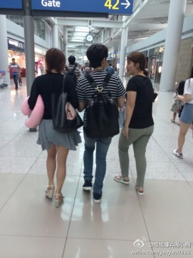 140630-ryeowook-shooping-at-airport-2