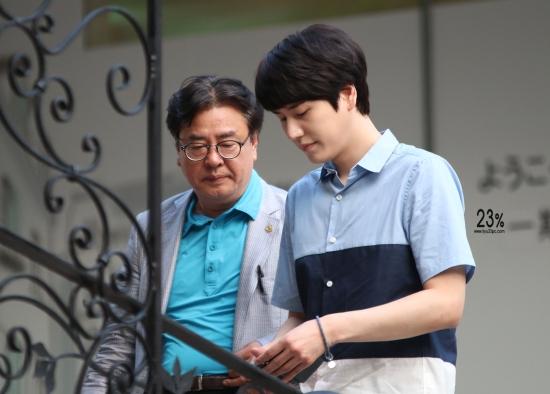 140830-kyuhyun-at-mom-house-4