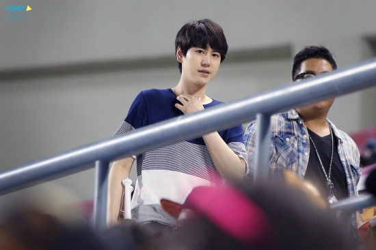 140831-kyuhyun-at-baseball-match-1