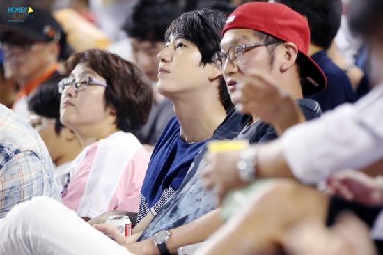 140831-kyuhyun-at-baseball-match-4