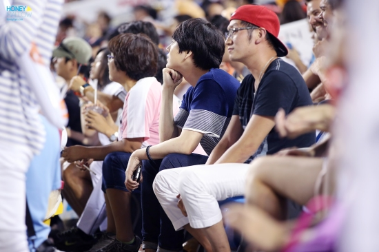 140831-kyuhyun-at-baseball-match-5