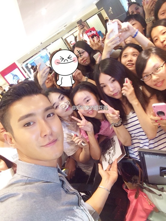 140901 siwon with fans