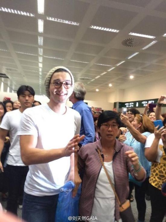 140914 siwon at Italy airport1
