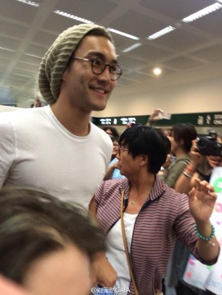 140914 siwon at Italy airport5