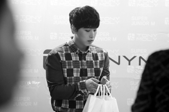 141002-TonyMoly-Fansign-Sungmin-2