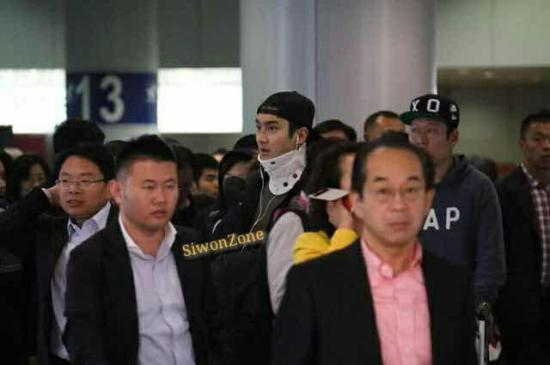 141023 siwon at beijing airport001