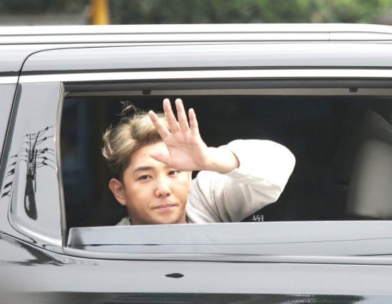 141026-Kangin-after-Inkigayo-doongkoong-2