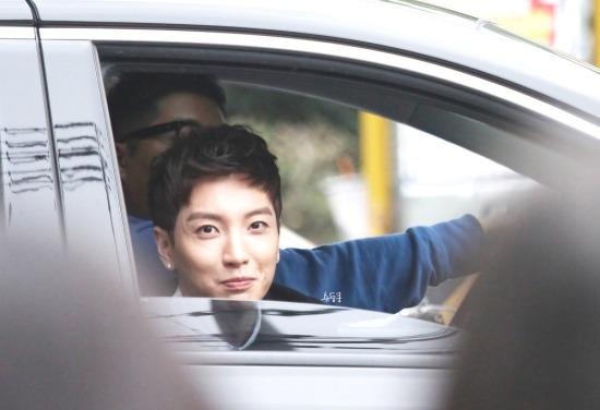 141.026-Leeteuk-dopo-Inkigayo-doongkoong-7