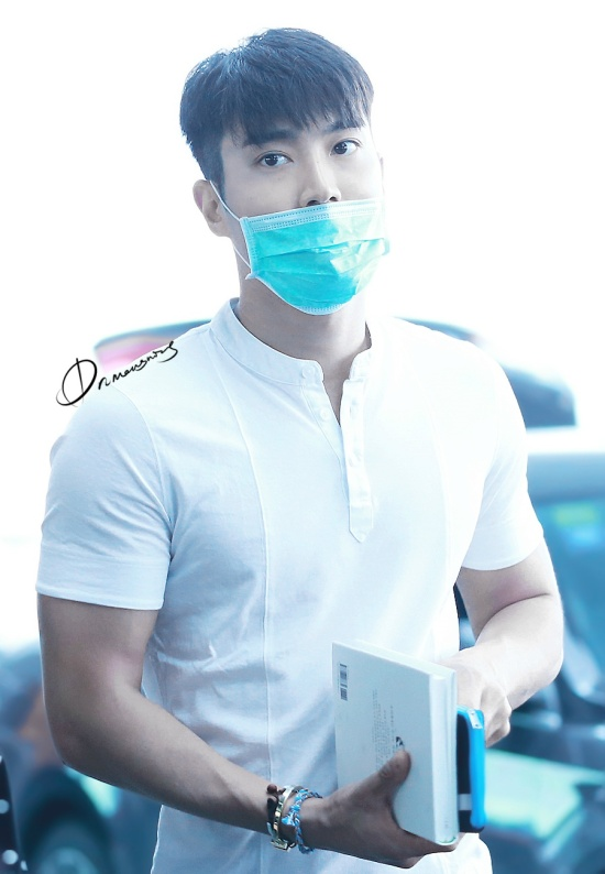 150625 siwon at beijing airport (1)