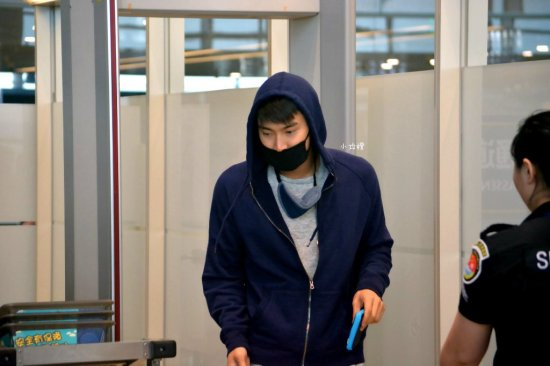 150810 siwon at nanjing airport (1)