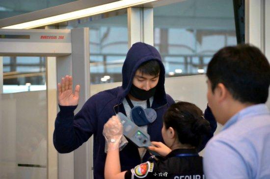 150810 siwon at nanjing airport (2)
