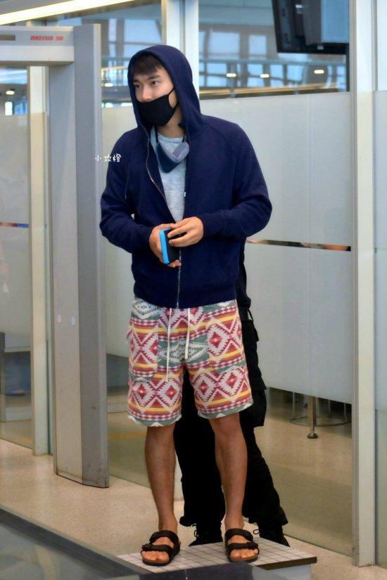 150810 siwon at nanjing airport (3)