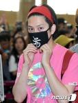 슈퍼주니어 희철이 SM타운 콘서트차 12일 오후 김포국제공항을 통해 일본 도쿄로 출국하고 있다.