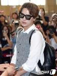 슈퍼주니어 규현이 SM타운 콘서트차 12일 오후 김포국제공항을 통해 일본 도쿄로 출국하기 전 신분 확인을 받고 있다.