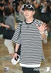슈퍼주니어 이특이 SM타운 콘서트차 12일 오후 김포국제공항을 통해 일본 도쿄로 출국하며 근사한 손인사를 하고 있다.