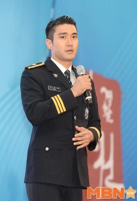 160831 police film festival siwon57