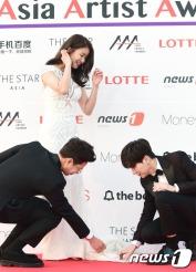 배우 이시영(가운데)이 16일 오후 서울 경희대학교 평화의전당에서 열린 '2016 아시아 아티스트 어워즈(Asia Artist Awards / 이하 AAA)' 시상식에 참석해 아나운서 조우종과 슈퍼주니어 이특(오른쪽)의 에스코트를 밟고 있다.