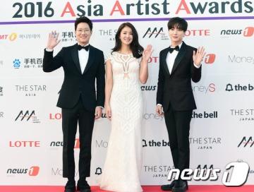 조우종, 이시영, 이특(왼쪽부터)가 16일 오후 서울 경희대학교 평화의전당에서 열린 '2016 아시아 아티스트 어워즈(Asia Artist Awards / 이하 AAA)' 시상식에 참석해 포즈를 취하고 있다.