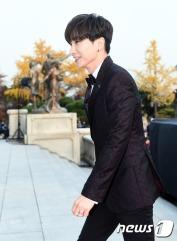 슈퍼주니어 이특이 16일 오후 서울 경희대학교 평화의전당에서 열린 '2016 아시아 아티스트 어워즈(Asia Artist Awards / 이하 AAA)' 시상식에 참석해 레드카펫을 밟고 있다.