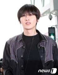 슈퍼주니어 은혁이 SM타운 공연차 5일 인천국제공항을 통해 두바이로 출국하고 있다. 2018.4.5/뉴스1